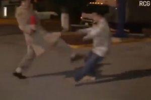 Video: Reportero se defiende de agresión con una patada