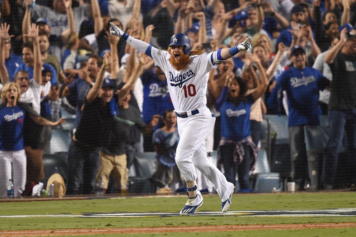 Justin Turner comienza su recorrido triunfal luego de batear un jonrón de tres carreras en el noveno inning para que los Dodgers derrotaran a Chicago 4-1  en el juego 2 de la Serie de Campeonato.