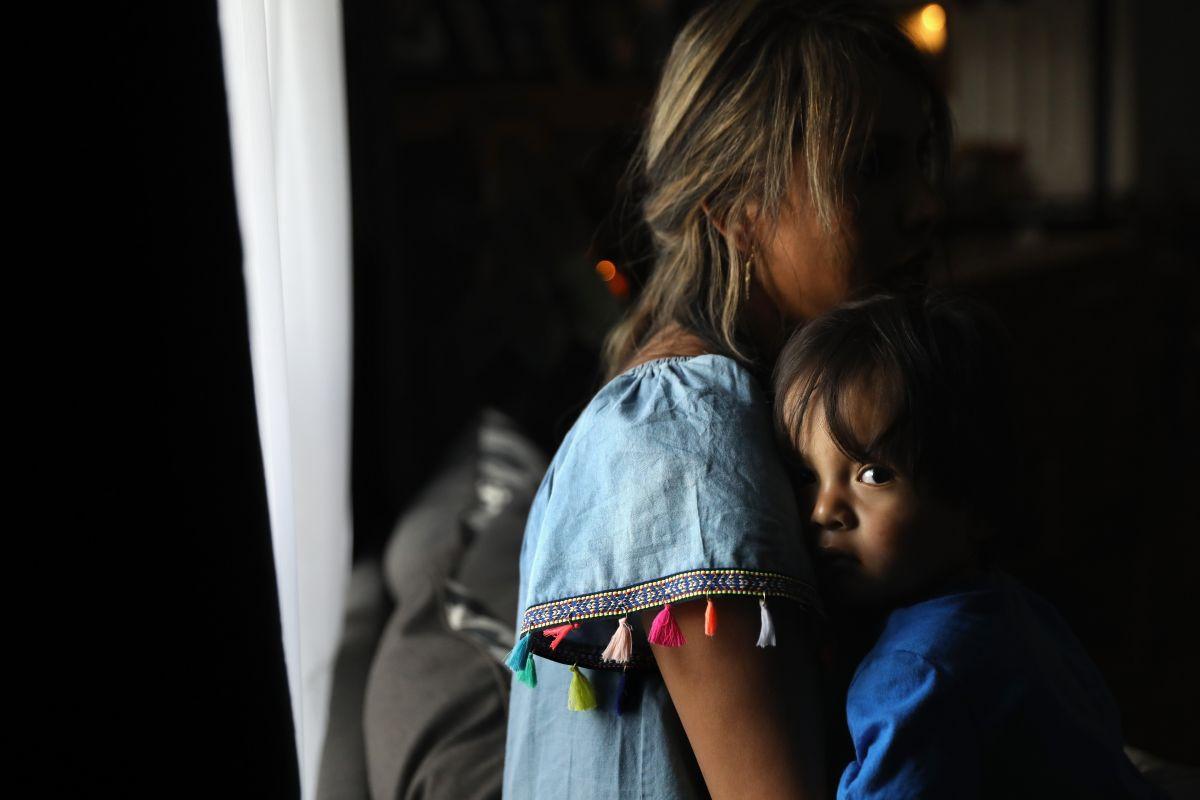 Una mujer indocumentada, oriunda del Perú, abraza a su bebé nacido en EEUU.