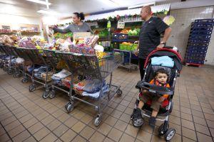Familias de bajos ingresos de L.A. encuentran alivio en bancos de alimentos