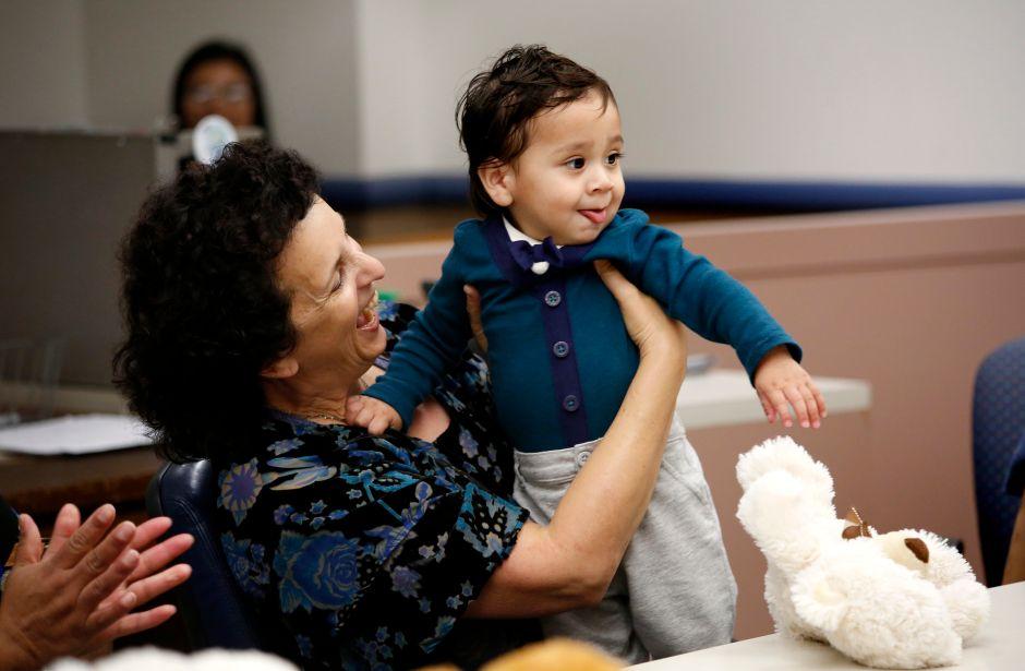 Niños hispanos son adoptados por familias de todas las razas en Los Ángeles
