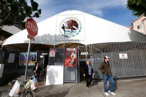 Cierran dependencias federales en el Consulado de México en LA