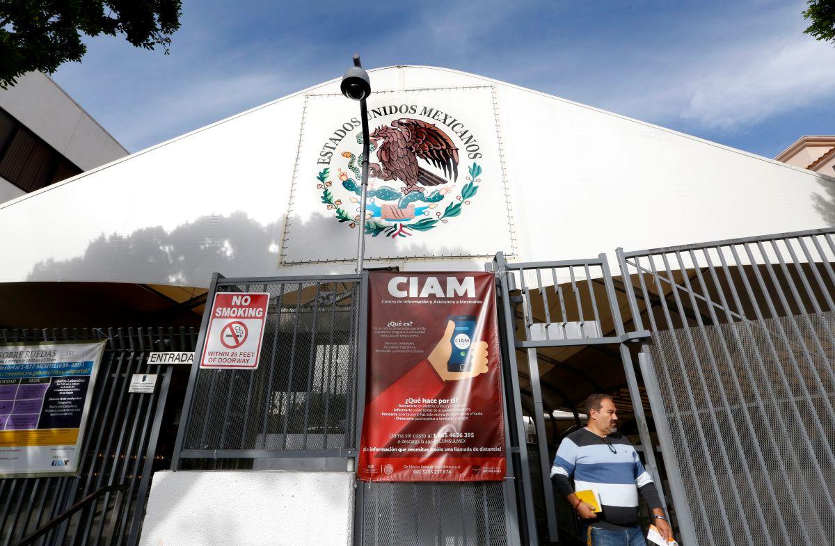 Las tarjetas de débito del Banco de Bienestar se recogerán en los consulados de México.(Aurelia Ventura/La Opinión)