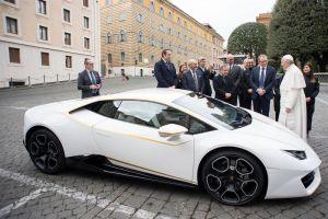 Regalan alPapaun Lamborghini, lo subastará para ayudar a cristianos de Irak
