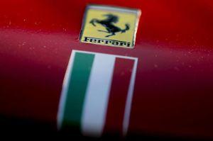 Mira lo complicado que es reparar un Ferrari