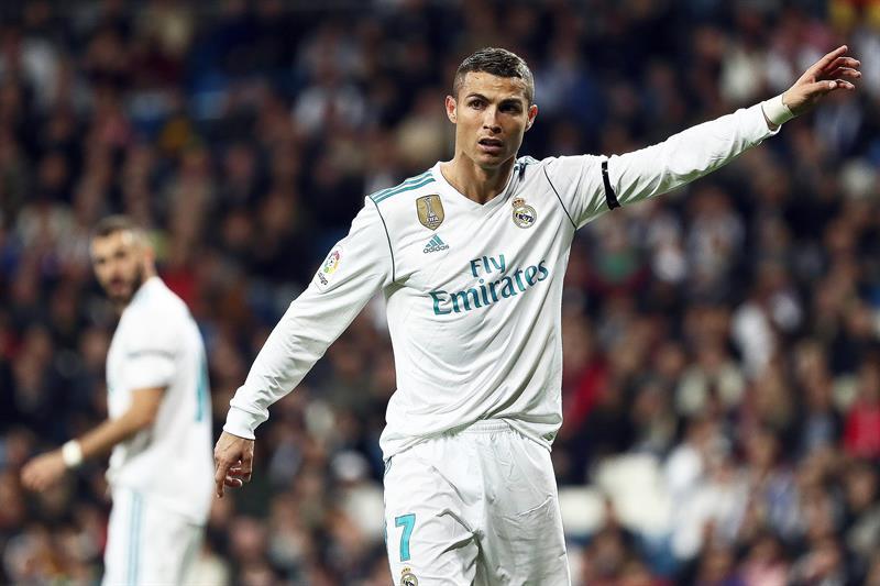 El delantero del Real Madrid Cristiano Ronaldo, durante el partido de Liga en Primera División ante Las Palmas que están disputando esta noche en el estadio Santiago Bernabéu, en Madrid. (Foto: EFE/Mariscal)