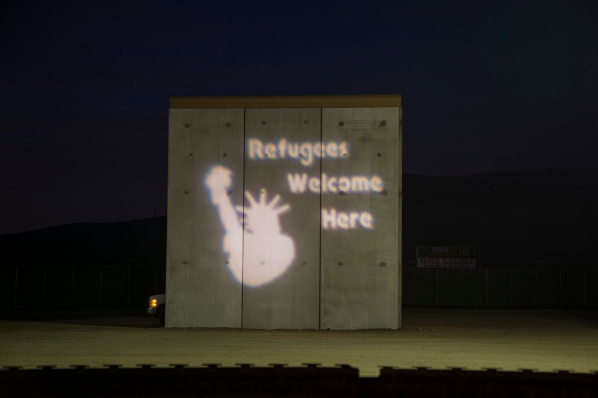 Luz y humor como muestra del rechazo de artistas hacia el muro de Trump