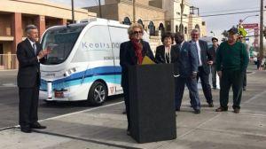 Choca en su primer viaje con pasajeros autobús sin conductor en Las Vegas
