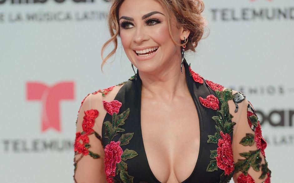 Aracely Arámbula sube la temperatura bailando con sexy transparencia que destaca su ropa interior