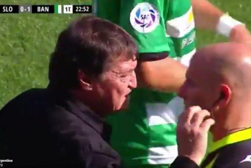 Entrenador quiso arrancarle el intercomunicador a un árbitro en Argentina