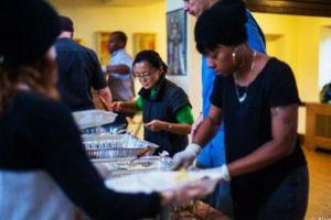 Buenos samaritanos dan cena de Thanksgiving a miles de indigentes