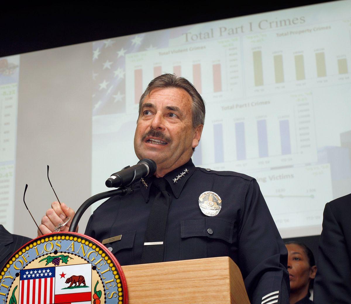 Charlie Beck anuncia las estadísticas de crimen en 2010.