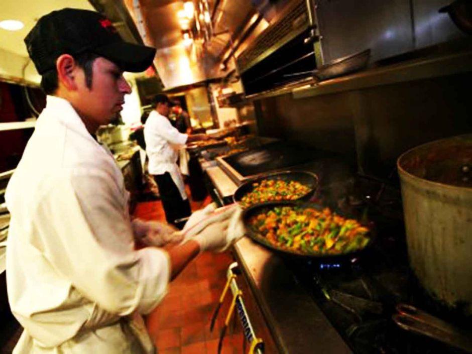 Restaurantes libres de propinas de L.A. reconsideran su postura