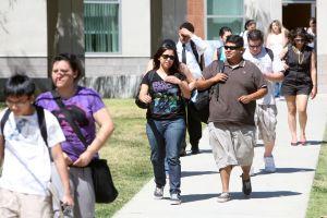 Latinos explican cómo cambiaría su vida sin su deuda estudiantil