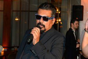 George Lopez es expulsado de panel con KISS por irrumpir totalmente borracho