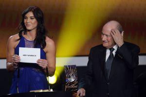 """Hope Solo acusa a Blatter de """"tocarle el trasero"""" durante el Balón de Oro"""