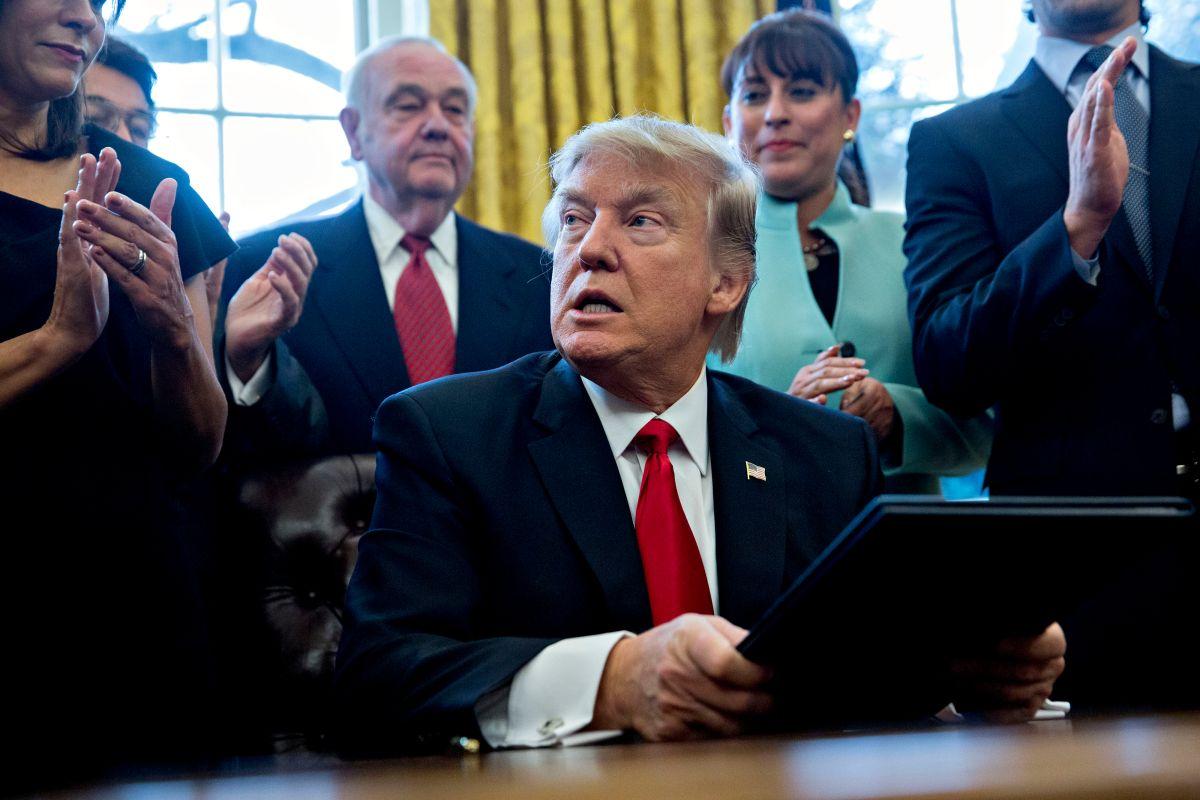 La 'bomba explosiva' que puede terminar quemando al presidente Trump y a todo su partido