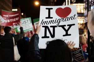 Los inmigrantes ponen a América primero: al venir aquí, afirman nuestros valores