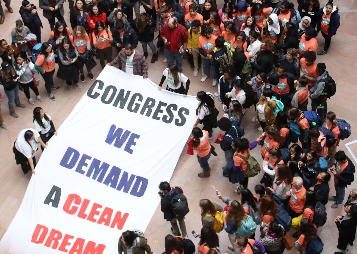 Senadores intentan resolver limbo de DACA, sin solución clara antes de plazo de Trump
