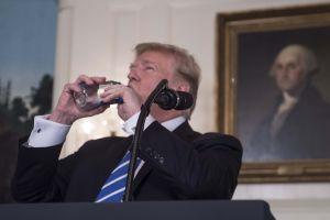 Video: Trump se 'queda seco' e interrumpe discurso para beber agua desatando las burlas en Internet