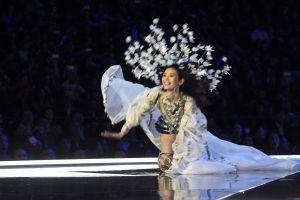 El bochornoso momento en que un ángel de Victoria's Secret cae en pleno desfile