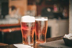 Beber cerveza sin alcohol es benéfico para la digestión y el azúcar