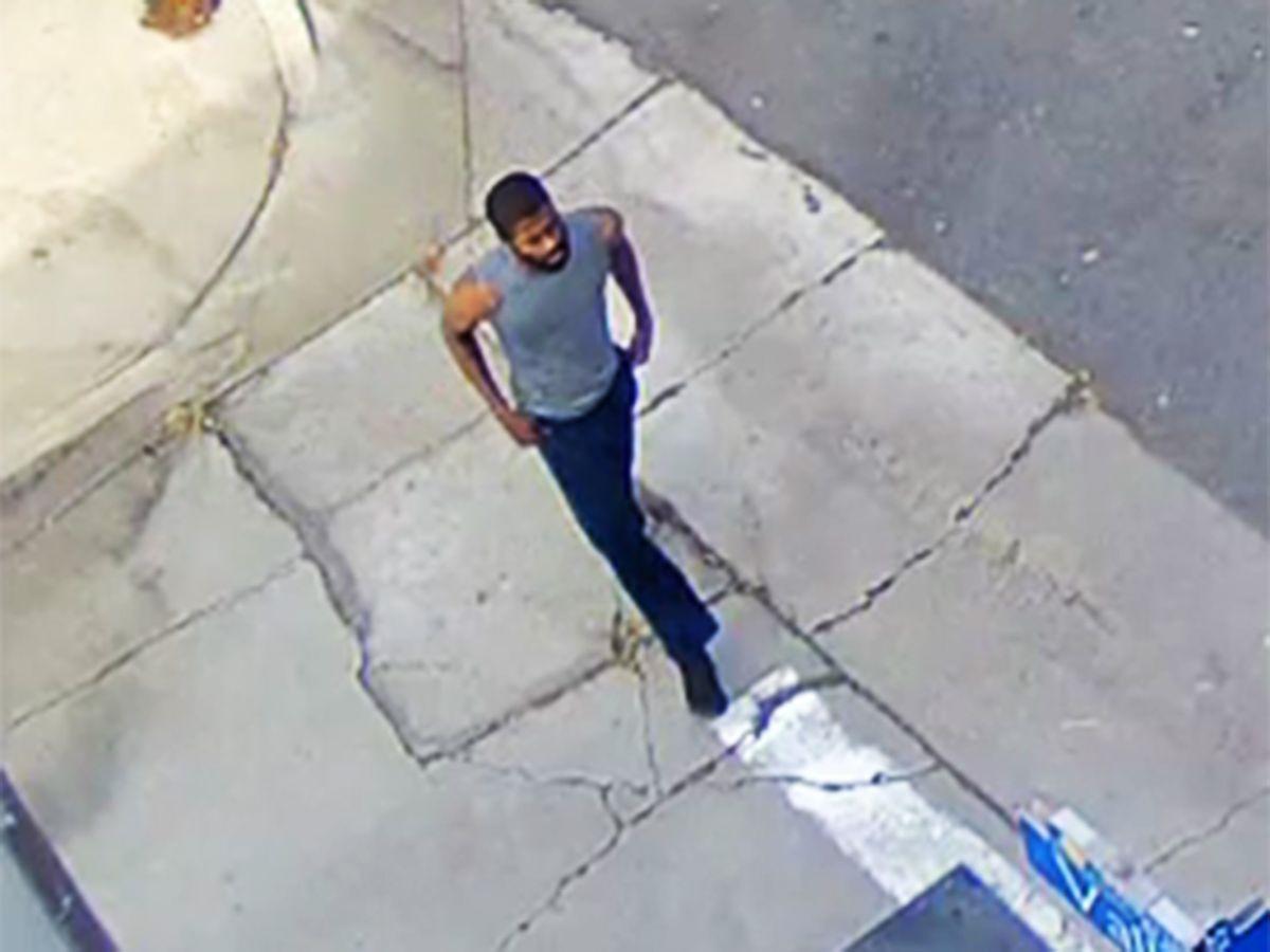 Una cámara de seguridad logró captar al sospechoso cuando rondaba las calles