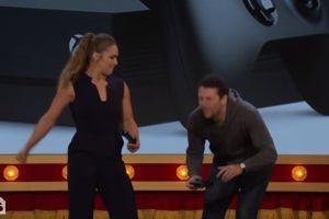 """Video: Ronda Rousey 'golpea' los testículos de un colaborador de """"Late Night Show"""""""