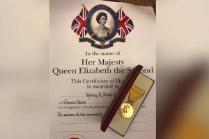 Un hombre de Alabama recibe una condecoración de la Reina Isabel de Inglaterra
