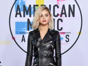 Selena Gómez roba miradas con su nuevo look en la alfombra roja de los AMAs