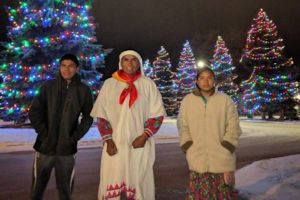 Un padre y sus dos hijos rarámuris triunfan en el Maratón Oso Polar en Canadá