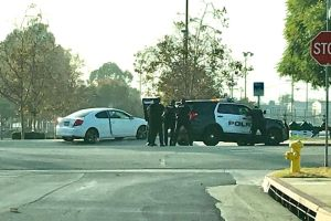 Policía mata a hombre que se atrincheró en auto con su bebé en Covina