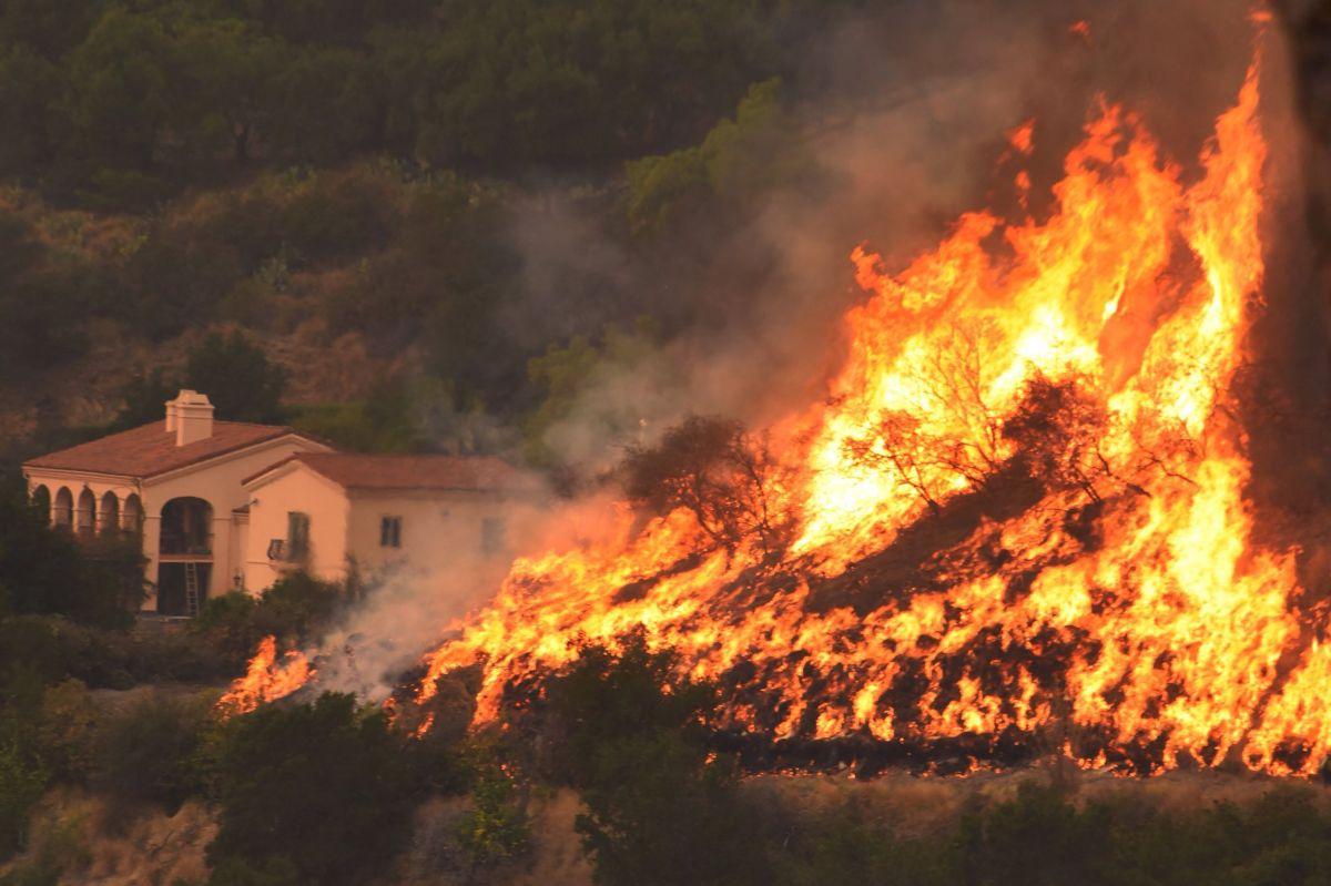 El fuego ya ha arrasado 32,700 hectáreas en la costa oeste del país.