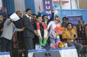 VIDEO: Maradona visita India y lo tratan como si fuera un dios