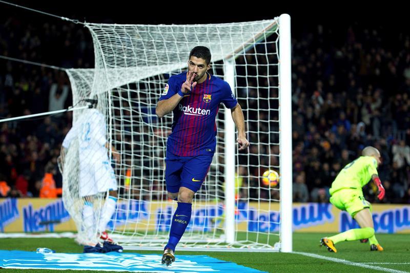 El delantero uruguayo del FC Barcelona Luis Suárez celebra su segundo gol ante el Deportivo. (Foto: EFE/Enric Fontcuberta)