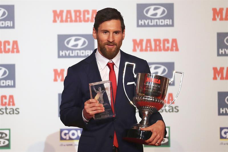 Messi posa con el trofeo Pichichi y el premio Di Stéfano durante la entrega de los Premios de Fútbol 2016-17 del diario MARCA. (Foto:  EFE/Alejandro García)