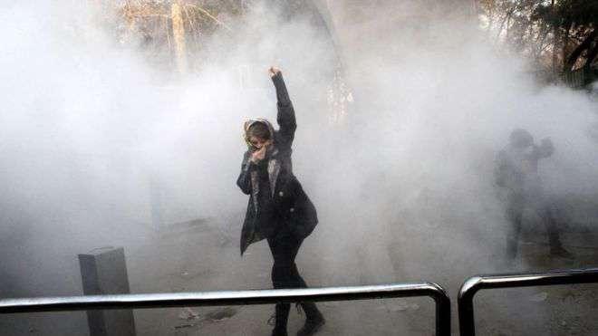 Decenas de estudiantes han salido a protestar contra la situación económica en Irán.