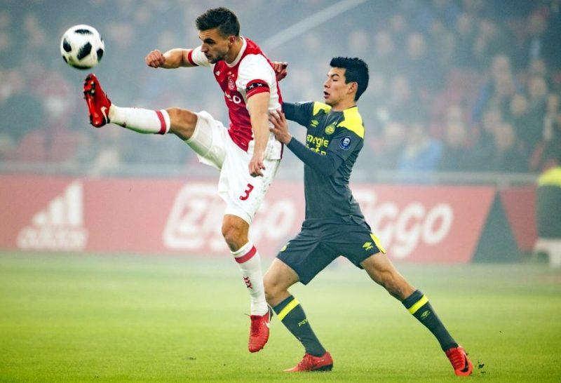 El mexicano Hirving Lozano no pudo ayudar al PSV en el clásico con el Ajax.