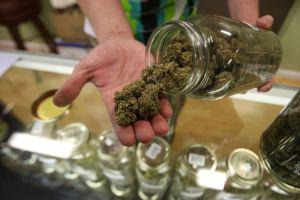 Impulsan medida electoral para crear banco que apoye a negocios de marihuana en Los Ángeles