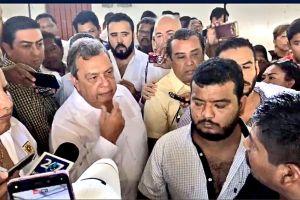 """¡Asesino! ¡Asesino!"""", gritan padres de los 43 a Ángel Aguirre, exgobernador de Guerrero"""