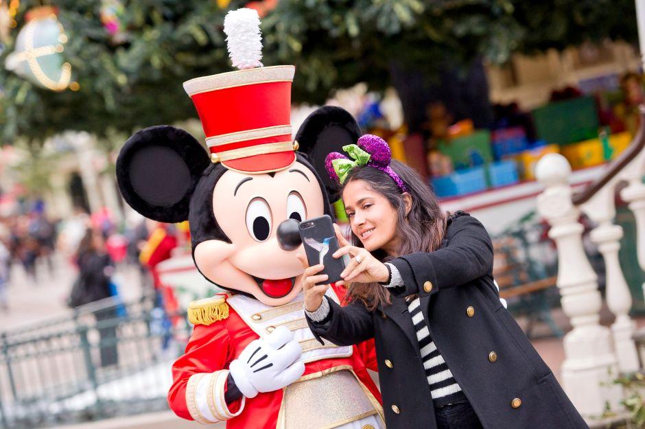 Fotos: Salma Hayek disfruta la Navidad con su hija en Disneyland París
