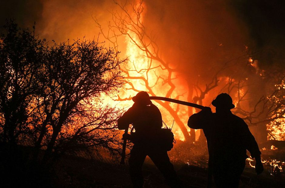 Bomberos se enfrentan a peligrosos incendios en el norte de California