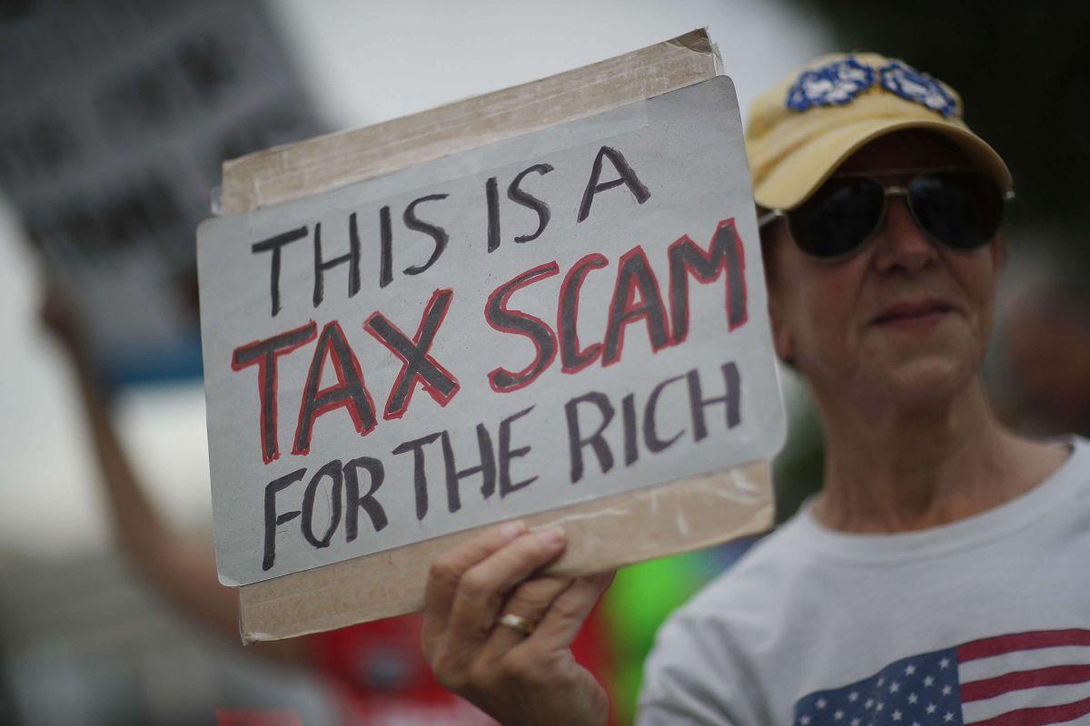 Ciudadanos se manifestaron esta semana en Florida contra la reforma fiscal aprobada hoy en el Senado. D