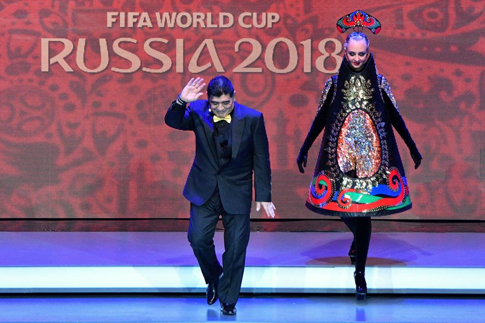 Maradona tuvo una entrada espectacular al sorteo del Mundial