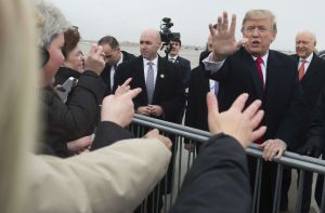 Adolescente disfrazado de Trump conquista al presidente