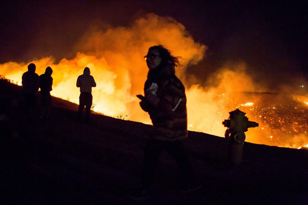 Incendios causan evacuaciones en el noroeste de LA