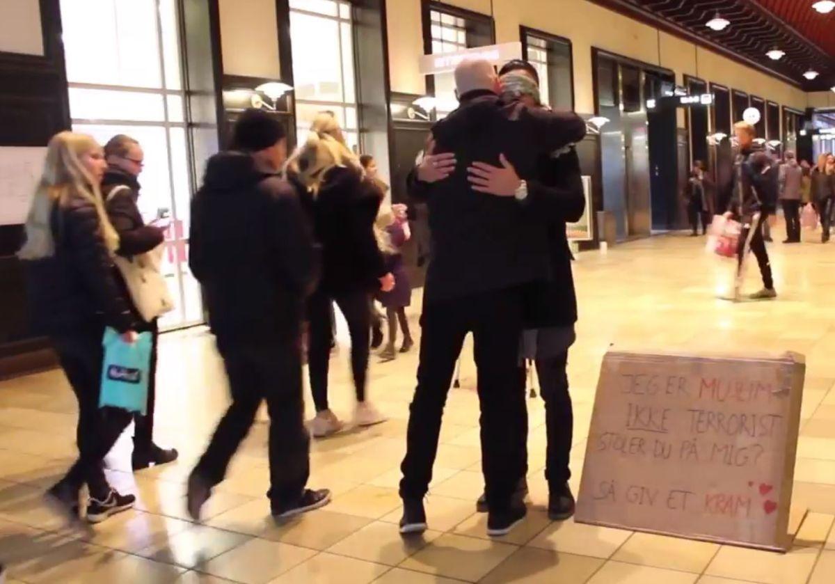 Estrella de YouTube musulmana pidió abrazos en las calles de Dinamarca