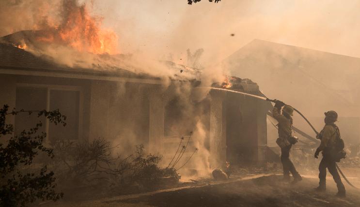 Incendios del Sur de California arrasan con más de mil casas y edificios