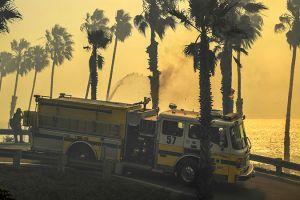 """Bomberos controlan casi por completo el incendio """"Thomas"""""""