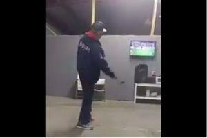 Video: Jugador de Rayados provocó que aficionado destruyera su tele a martillazos